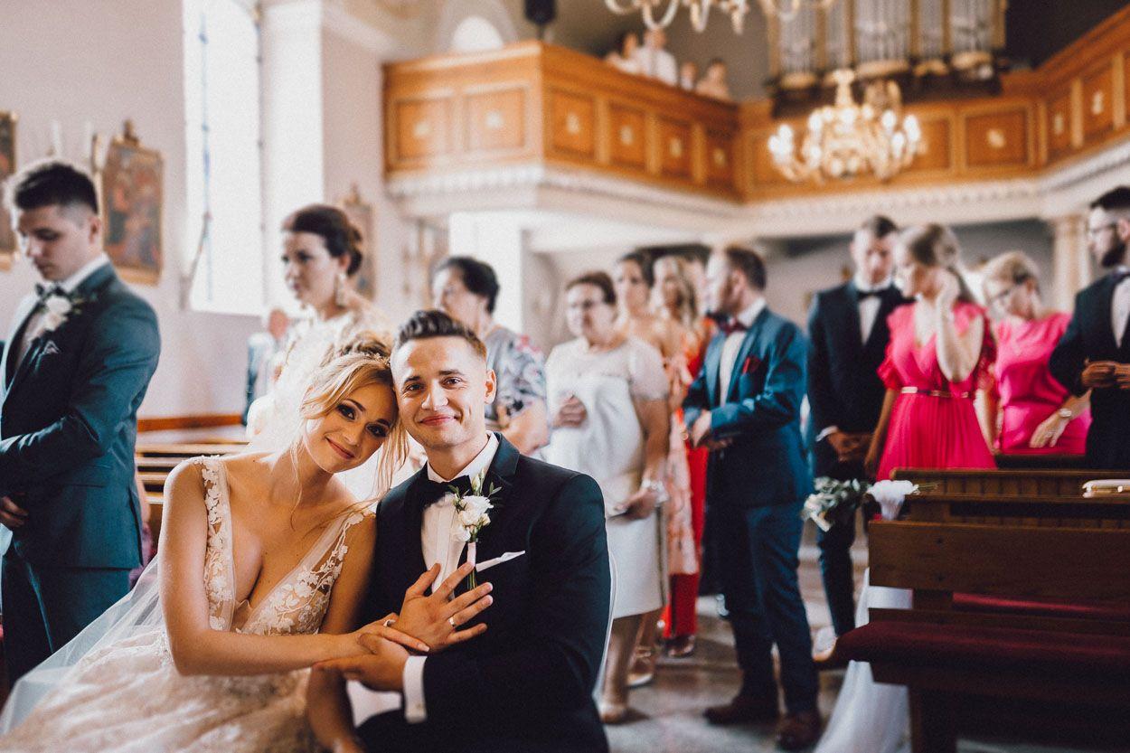 Dobry fotograf ślubny Para młoda przytula się do siebie podczas mszy ślubnej
