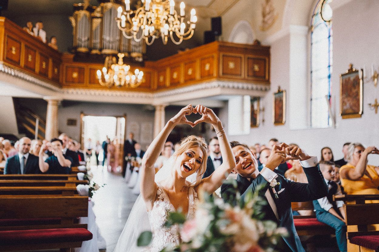 Para młoda śpiewa i tańczy podczas mszy ślubnej