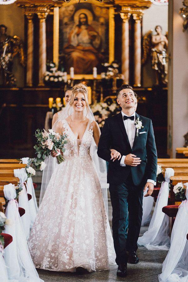 Para Młoda wychodzi z kościoła po ceremonii zaślubin