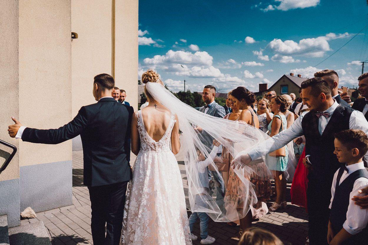 """Para Młoda wśród gości po ceremonii zaślubin udaje się na salę bankietową """"Pod różą"""""""