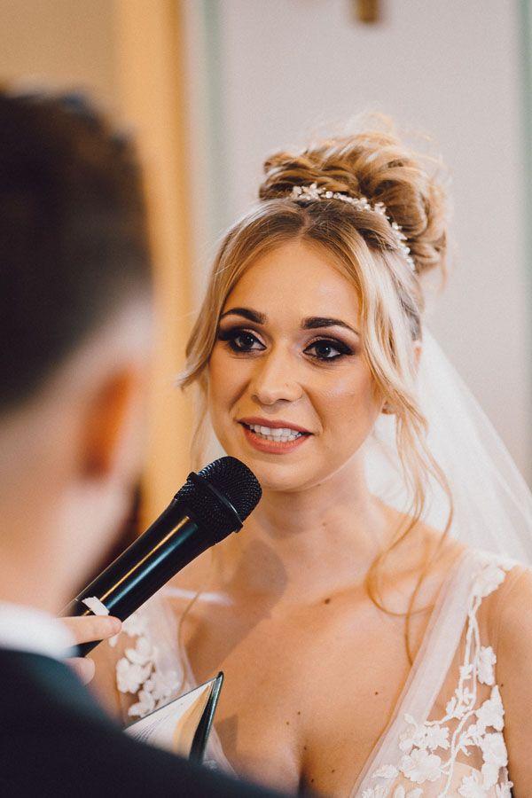 Pani młoda podczas składania przysięgi dobry fotograf ślubny