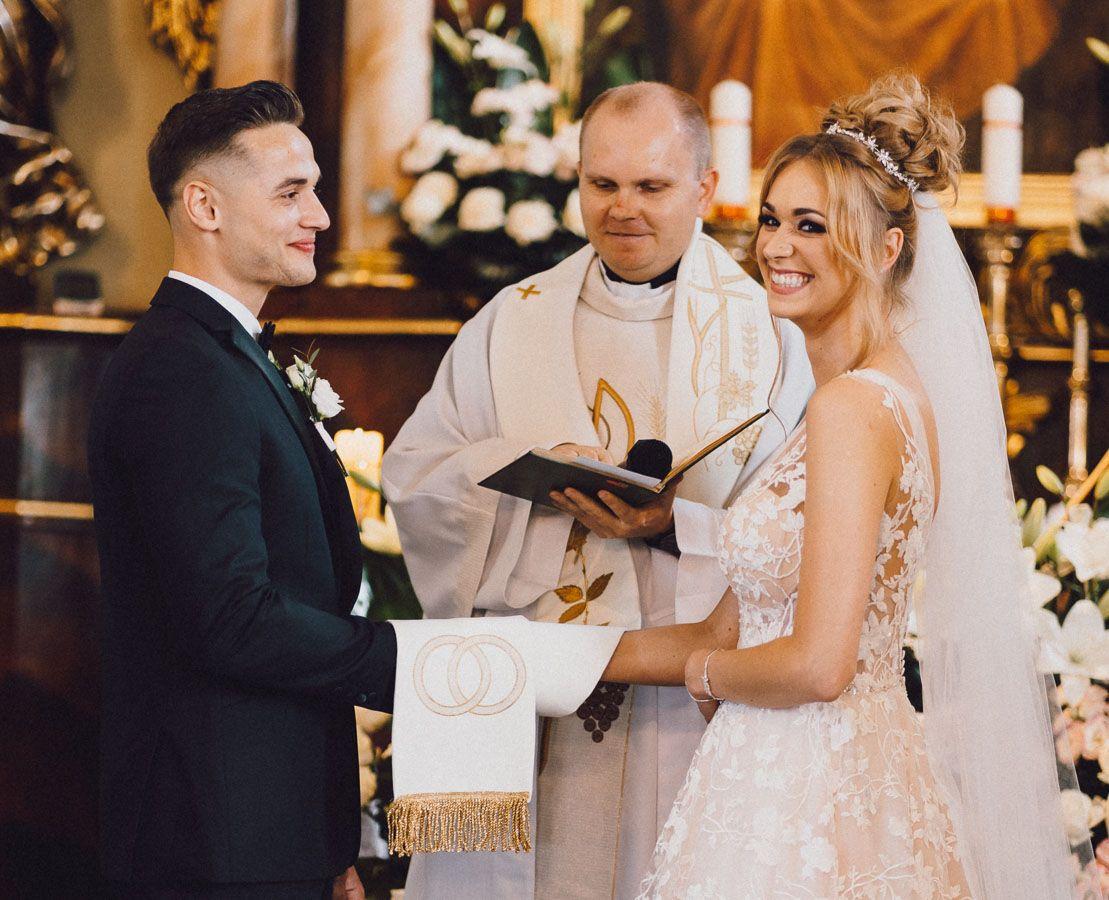 Dobry fotograf ślubny Para młoda podczas ceremonii zaślubin